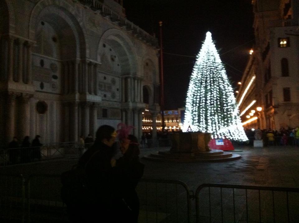 ヴェネツィア サンマルコ広場の恋人たち