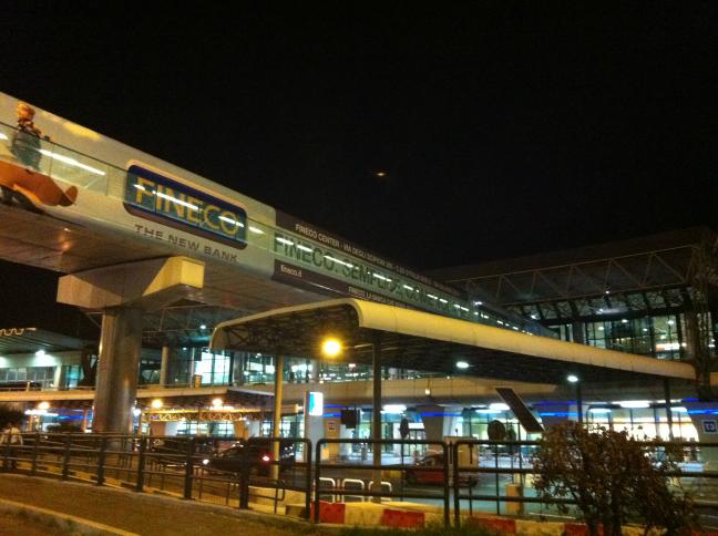 フィウミチーノ空港 駅への通路