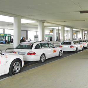 Taxi_in_sosta_all'Aeroporto_di_Venezia-Tessera_Marco_Polo-2