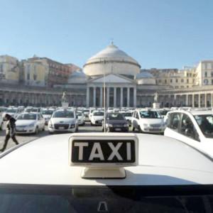 prtoesta taxi a piazza del plebiscito